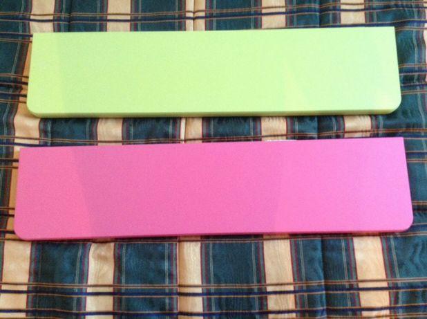 Prateleiras verde e rosa.