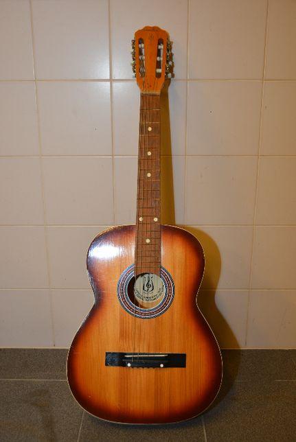 Gitara akustyczna produkcji DEFIL