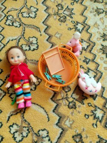 Кукла, миска для стирки, прищепки