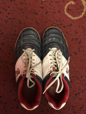 Продам каучуковые спортивные кроссовки