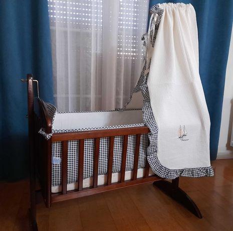 Berço de baloiço em madeira e outros acessórios de bebé (banheira)
