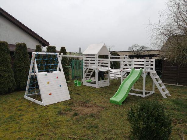 Plac zabaw drewniany mostek domek wspinaczka transport
