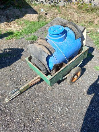 Reboque com pipa de água