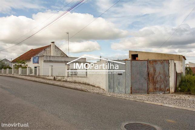 Terreno com duas moradias terreas em Aveiras de Cima.