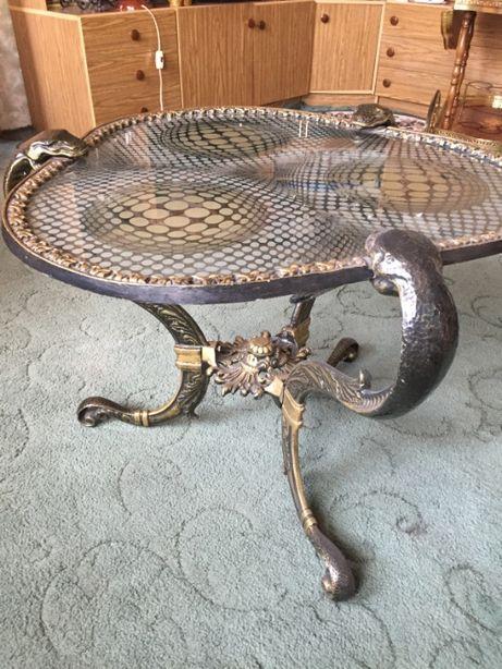 Szklany wężowy stolik - ciekawy wzór dla konesera