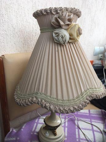 Лампа бежевого кольору