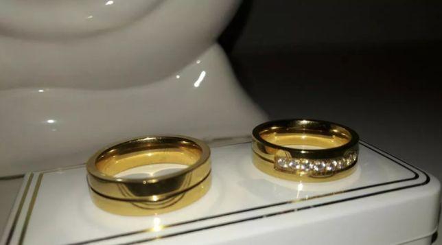 Komplet złotych obrączek ślubnych, nie tracą koloru.