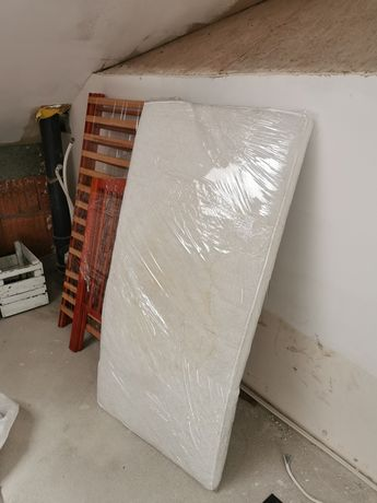 Łóżeczko drewniane w kolorze orzecha z materacem