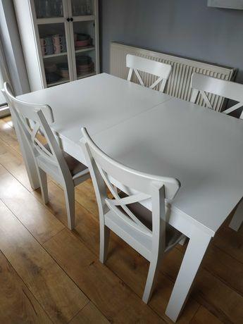 Sprzedam biały stół kuchenny z czterema krzesłami.