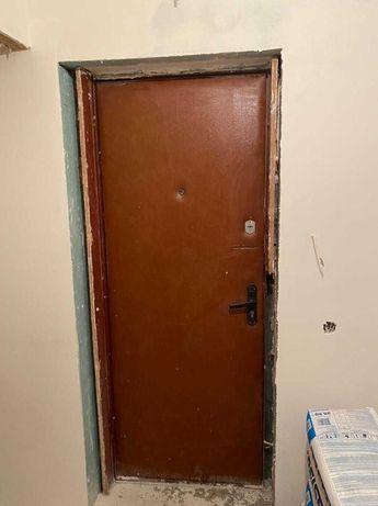 Робочі сталеві двері в хорошому стані