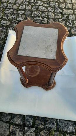 Mesa de apoio em madeira e pedra