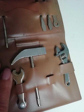 Estojo muito antigo de ferramentas em miniatura.