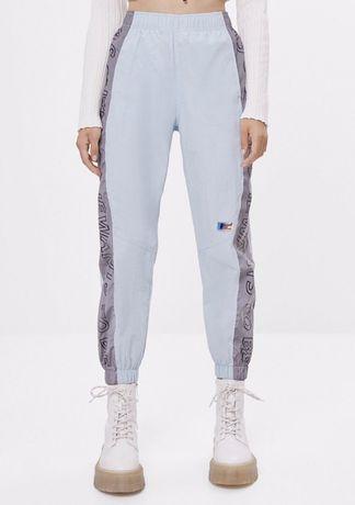 Spodnie materiałowe śliskie odblaskowe light blue Bershka