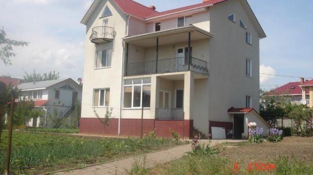 Сдам Трехэтажный дом, девять комнат, кухня, санузлы на каждом этаже)