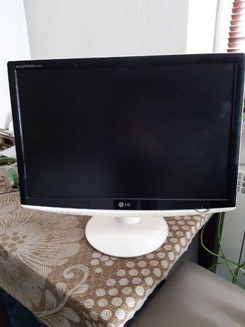 Рабочий монитор LG Flatron W2252TQ-WF Белый