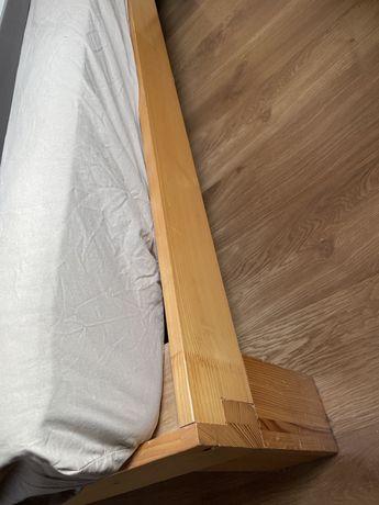 Duże drewniane łóżko i 2 materace