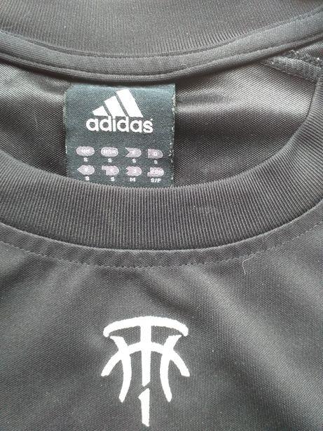 Czarna sportowa koszulka firmy Adidas.