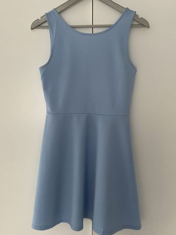 Błękitna sukienka na ramionach