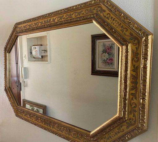 Grande espelho em madeira dourada entalhada -