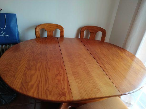 Mesa de sala de jantar e 4 cadeiras.