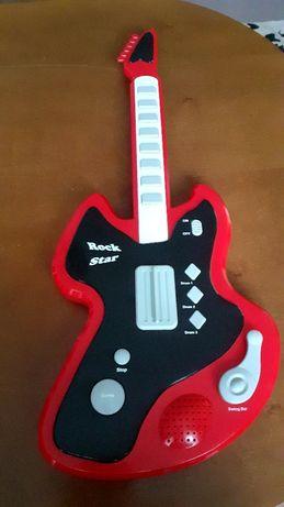Oddam Kinder jajko gitarę grającą