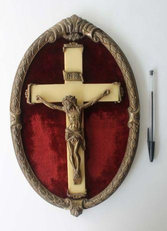 Antiga moldura de antimónio com crucifixo e fundo em veludo vermelho
