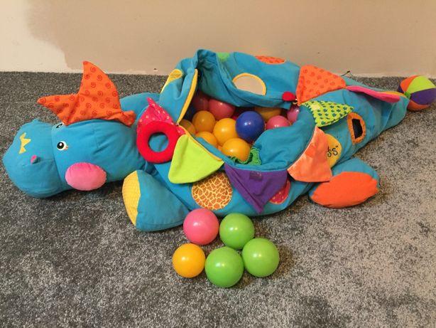 Dinozaur z piłkami
