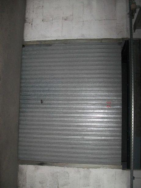 garagem na centro Marinha Grande, dentro de Pingodos, com luz e aqua.