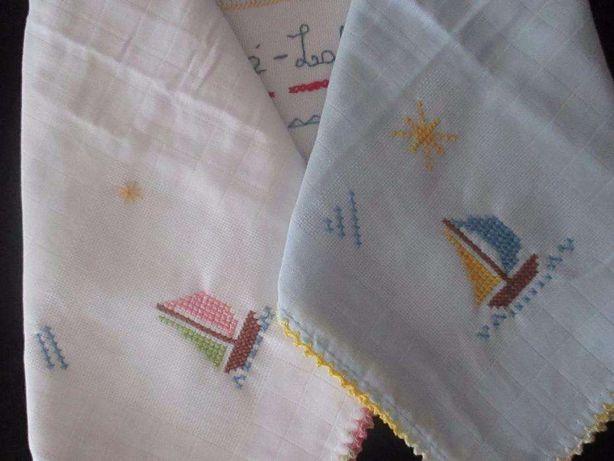Fralda para bebé com renda e motivo bordado a ponto de cruz