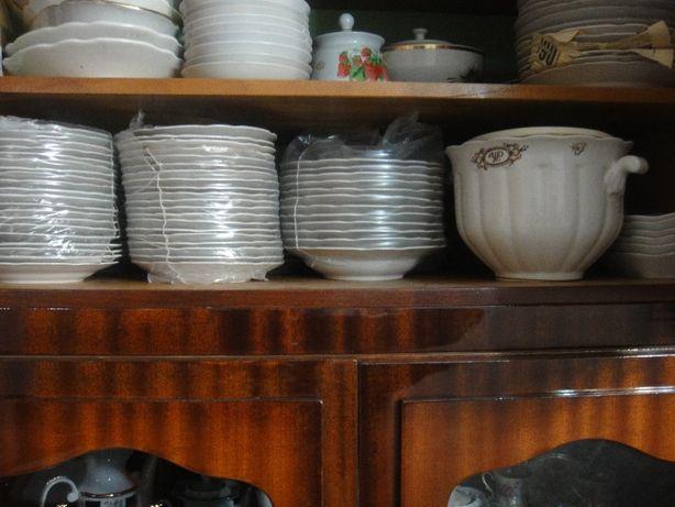 Тарелки фарфоровые 20 см. Новые (на фото справа)