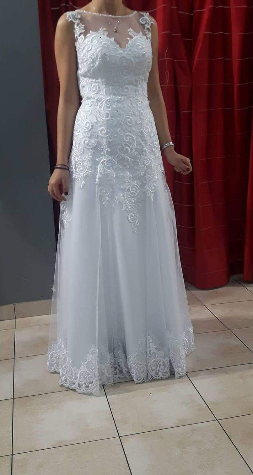 Suknia ślubna z koronkowymi zdobieniami