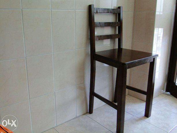 Cadeira em madeira, com 56 cm de altura.