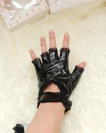 Перчатки с рюшами