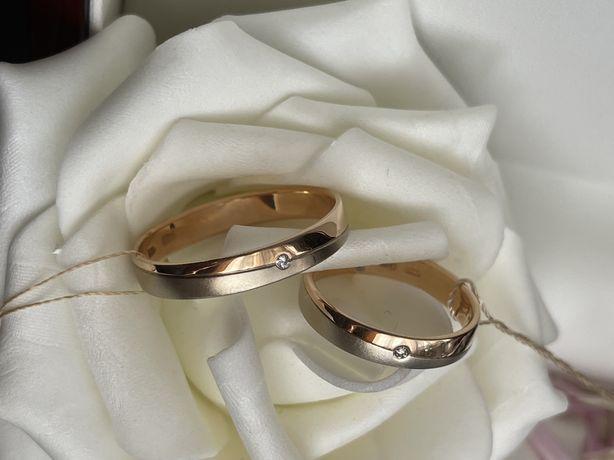Кольцо обручальное золотое с бриллиантом.