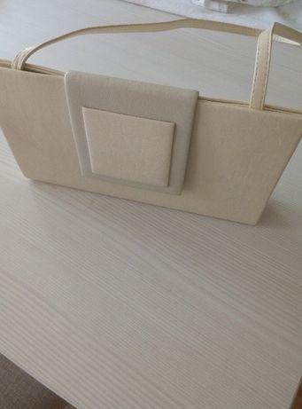 kopertówka w kolorze jasno kremowym