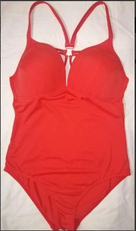 Шикарный цельный/слитный купальник красного цвета.