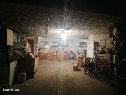 Garagem / Armazém com 132m2