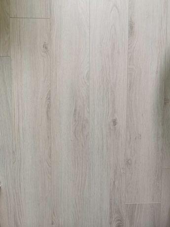 Panele podłogowe Dąb Comano AC5 8 mm 7sztuk