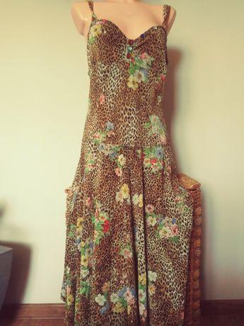 Sukienka w panterkę.