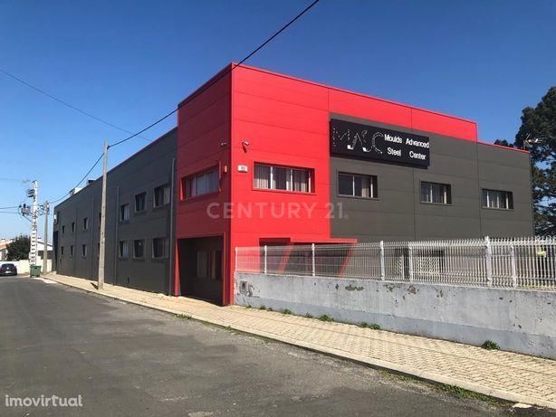 Pavilhão industrial com 1300 m2