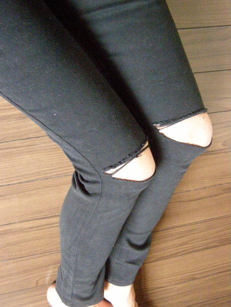 Spodnie z dziurami na kolanach
