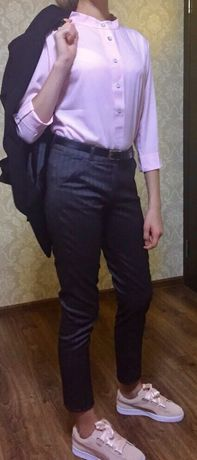 Стильные серые брюки с нежно-розовой блузой.