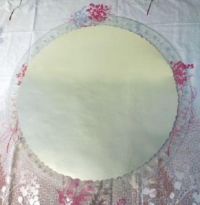Lustro piaskowane z okrągłą ramką na zewnątrz.
