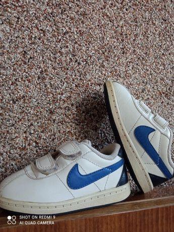 Літнє взуття, кросівки