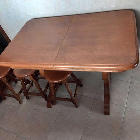 Mesa madeira extensível com 4 bancos