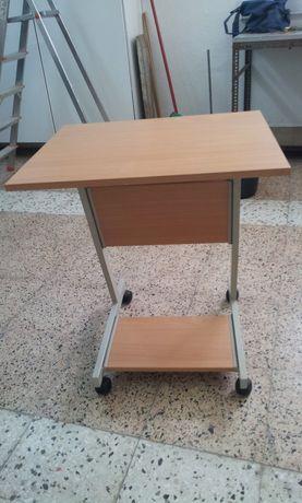 Mesa em madeira com rodas