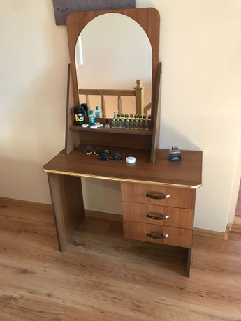 Столик-дзеркало у спальню