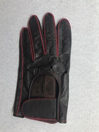 Luvas de condução em pele castanha com pesponto vermelho