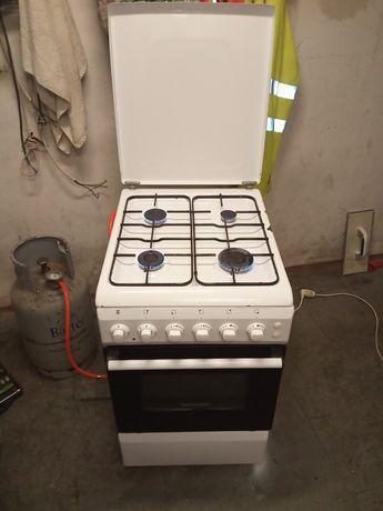 Kuchenka gazowa 50 z piekarnikiem elektrycznym.