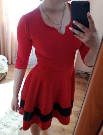 Платье красное с чёрной полоской внизу